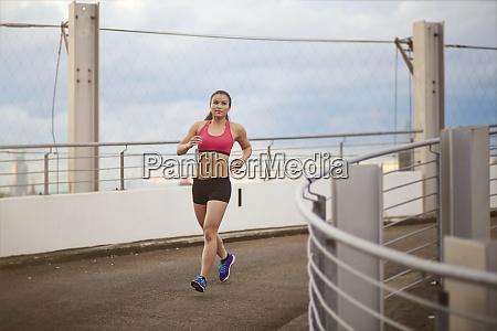mloda kobieta azjatycka sportsmenka jogging