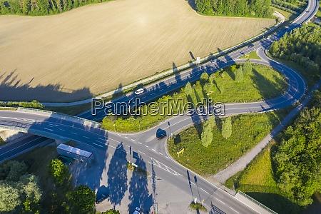 widok drona na autostrade b472 ciagnaca