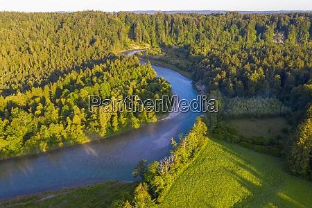 widok drona na rzeke isar przeplywajaca