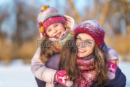 aktywna matka i corka bawia sie