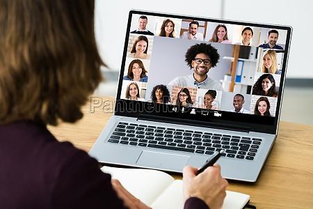 polaczenie spotkania podczas konferencji wideo online