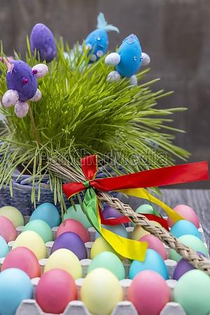 wielkanocna martwa natura z kolorowymi jajkami