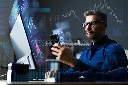 analityk danych finansowych za pomoca analityki