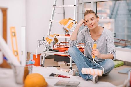 kobieta sprawia ze redecoration