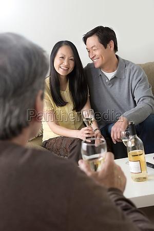 starsi przyjaciele towarzysko z bialym winem