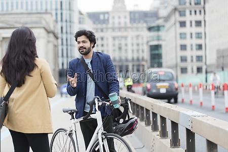 ludzie biznesu z rowerem rozmawiaja na