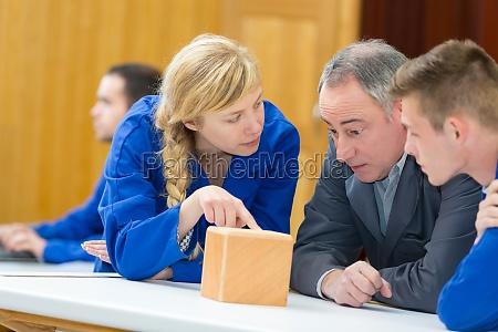 uczennica zadajac pytanie w klasie stolarki