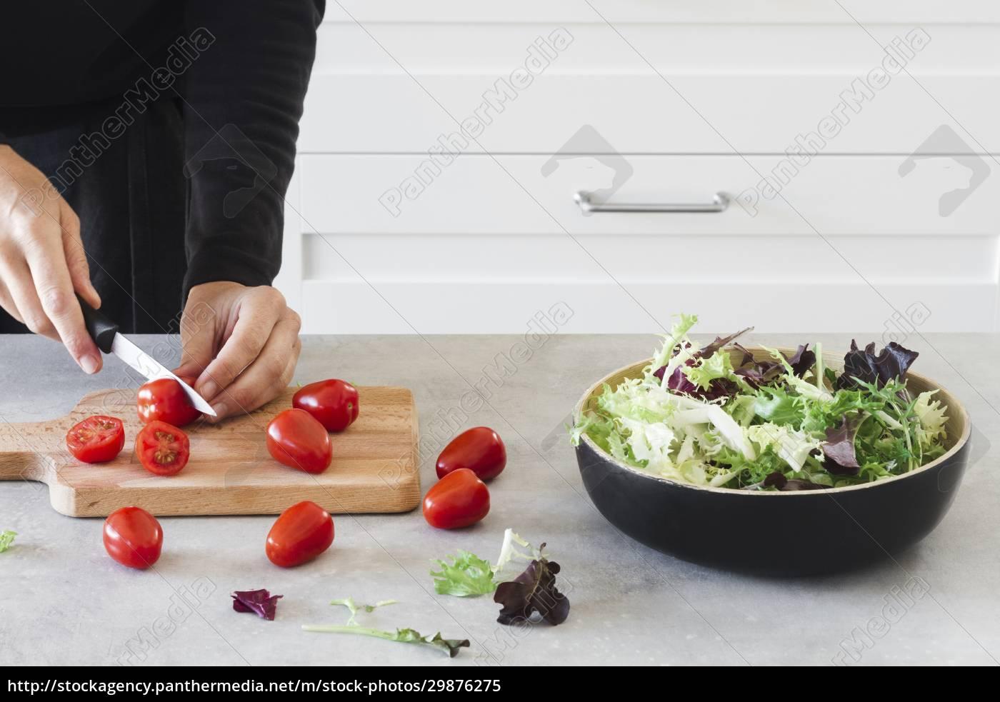 krojenie, pomidorków, koktajlowych, na, drewnianej, desce - 29876275