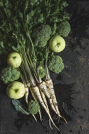 pęczek, pietruszki, brokułów, i, zielonych, jabłek, na - 29884732