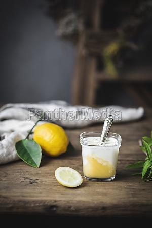 martwa natura szkla z domowym jogurtem