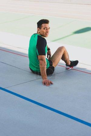 sportowe, zielony, siedzi, uśmiechnięta, światło słoneczne, uśmiech - B270351478